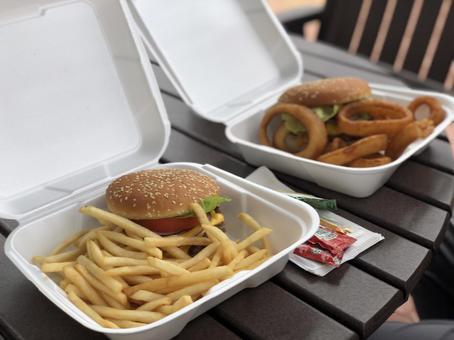 감자 튀김과 양파 링 치즈 버거 세트