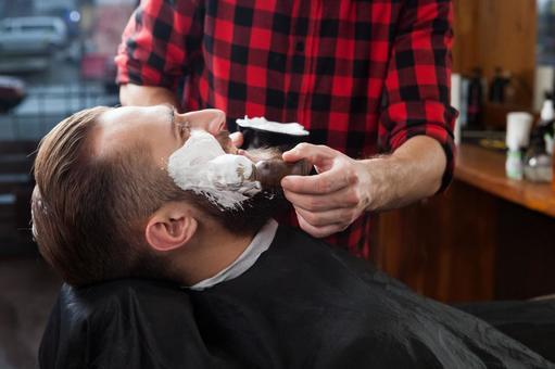 이발소에서 콧수염을 면도하는 남자 1
