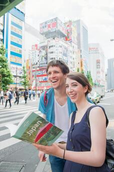 Foreign tourist couple see guidebook 4