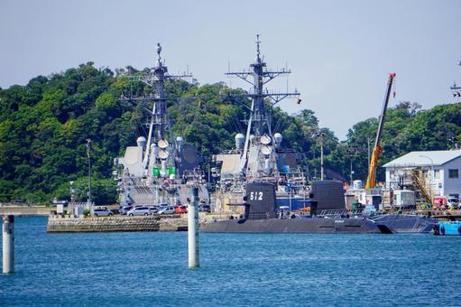 요코스카 항에 정박하는 자 위함과 잠수함