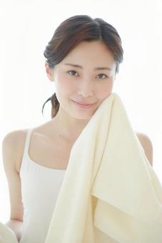 수건으로 얼굴을 닦는 여성 1
