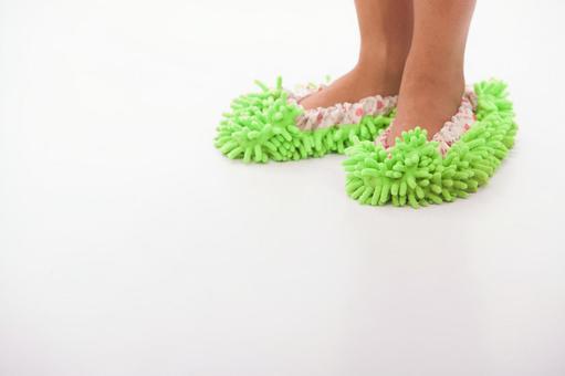 在清洗脚拖地15