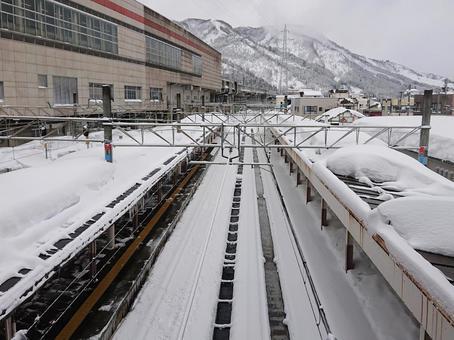 눈이 내려 쌓이는 겨울 치고 유자와 역