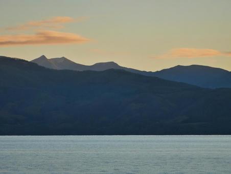 새벽의 하늘과 산들의 실루엣