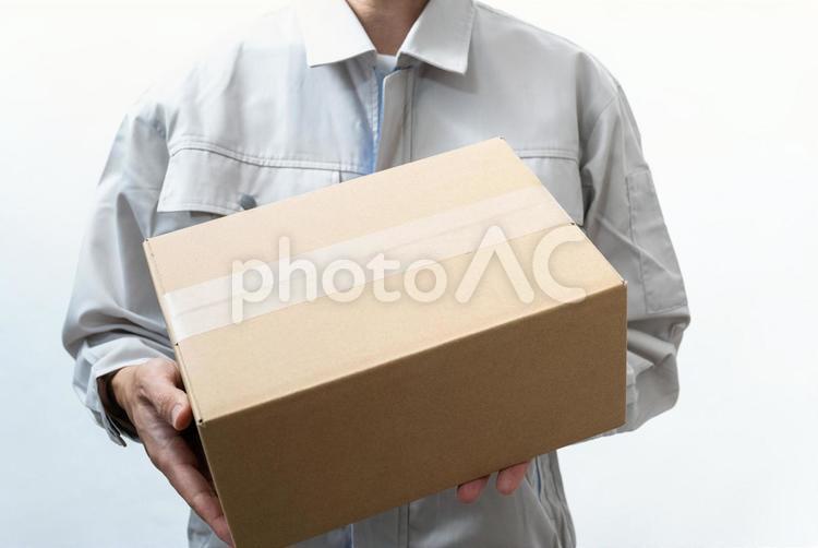 荷物を届ける宅配業者の人 白背景の写真