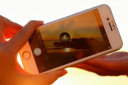 석양을 비추는 iPhone