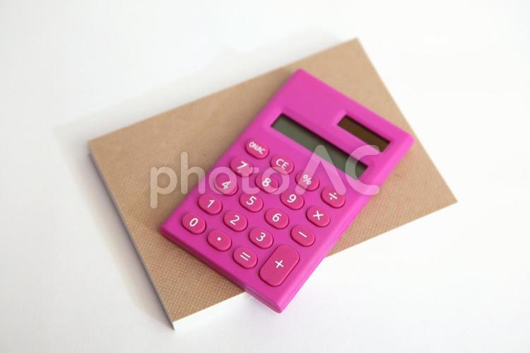 電卓とメモ帳の写真