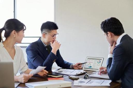 事業計画について会議をするビジネスパーソン