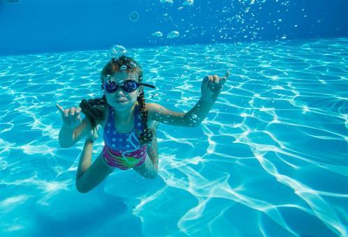 Girls dive in underwater photography 5