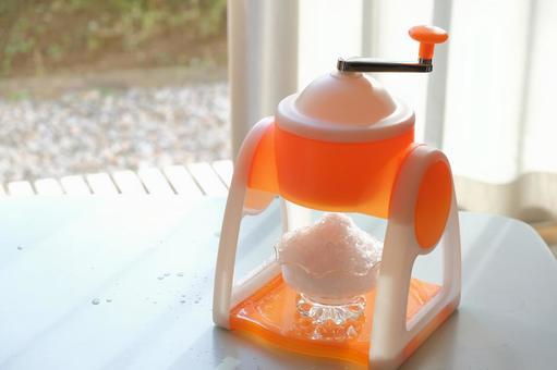 家用刨冰機和刨冰 夏季炎熱涼爽的形象