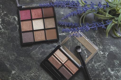 Natural cosmetic eyeshadow