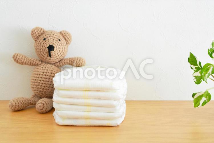 紙おむつと赤ちゃんのイメージ1の写真