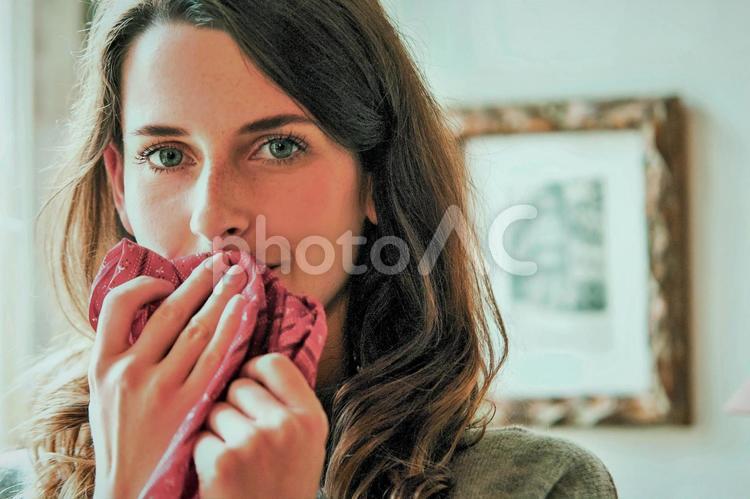 口元を布で拭く女性3の写真