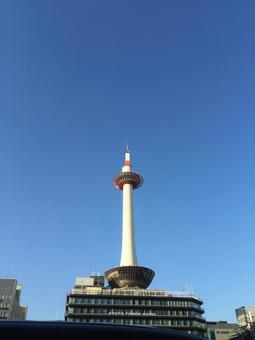 京都塔照耀著藍天002