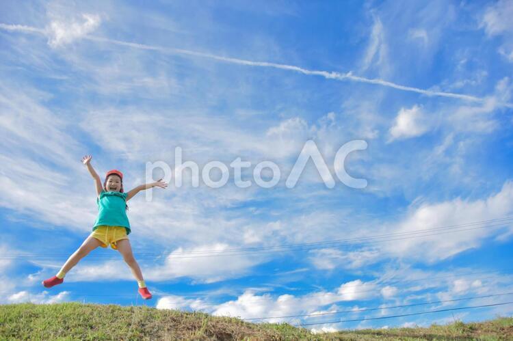 ジャンプをする子供の写真