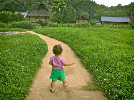 민가의 길을 걷는 소녀