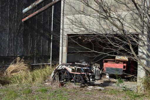 풍경 폐 공장에 놓인 깨진 농사 자동차