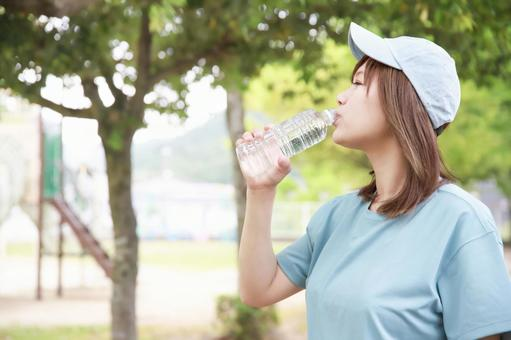 Women playing sports while hydrating ②