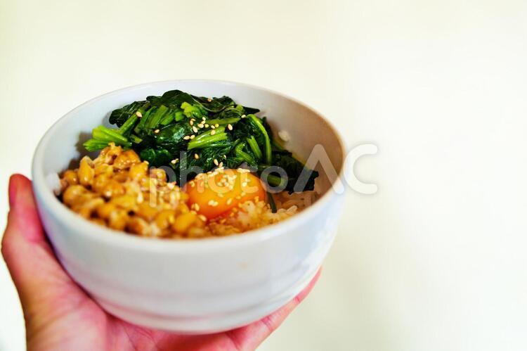 納豆 ほうれん草 卵 みそ汁 朝食 の写真