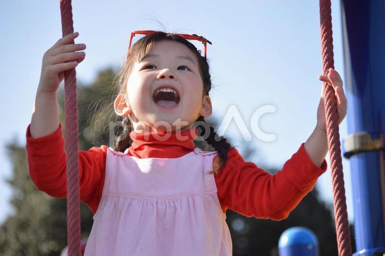 遊具で遊ぶ子供の写真