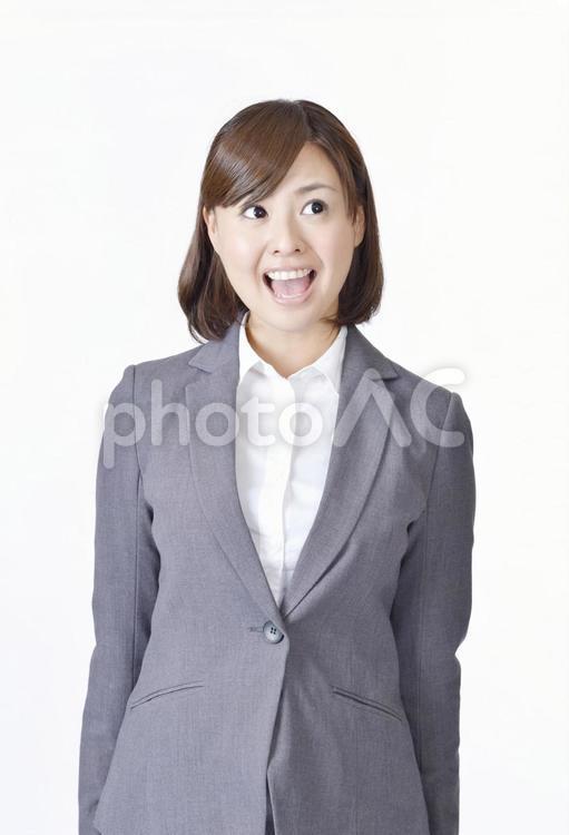 大きな口を開ける女性2の写真