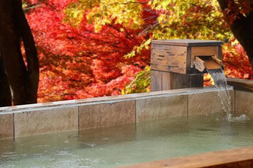 Open-air bath in the autumn leaves