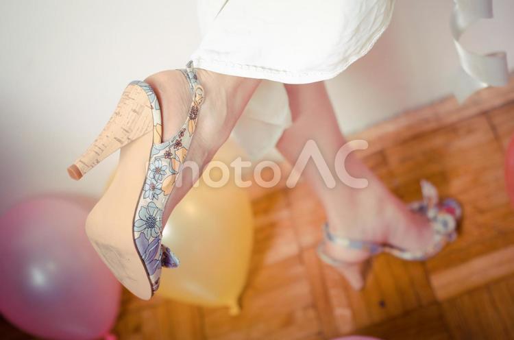 パンプスを履いた脚2の写真