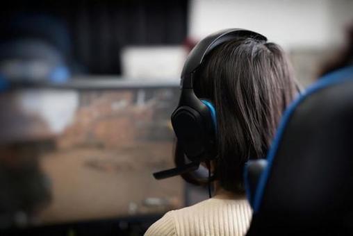 一個女人在在線遊戲中進行語音聊天