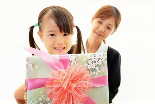 帶著禮物的微笑女孩