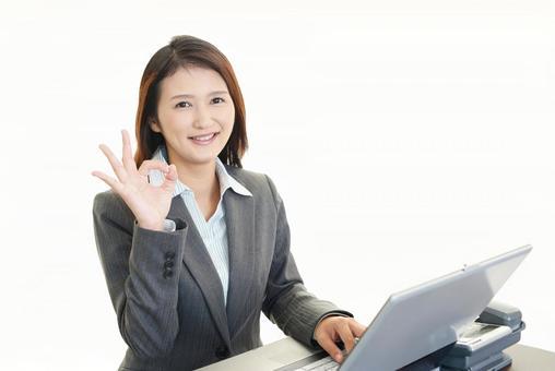 給一個好的跡像一個微笑的女商人