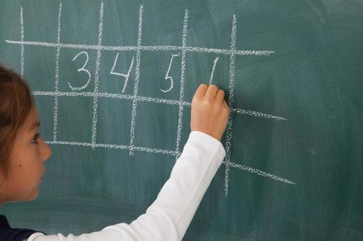 小学学生在黑板上写13