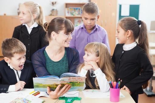 小学生围坐在老师9