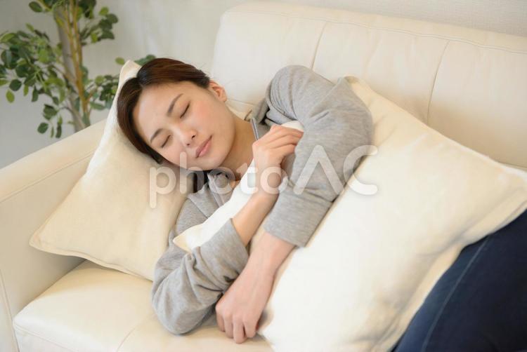 ソファで寝る女性1の写真