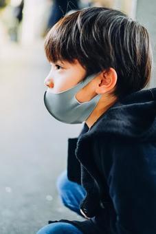 마스크를 착용 기차를 타고 아이