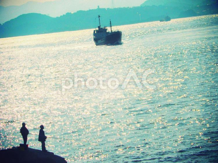 海と船と釣り人の写真