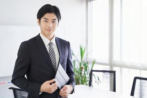 회의실에서 태블릿을 가진 일본인 남성 사업가