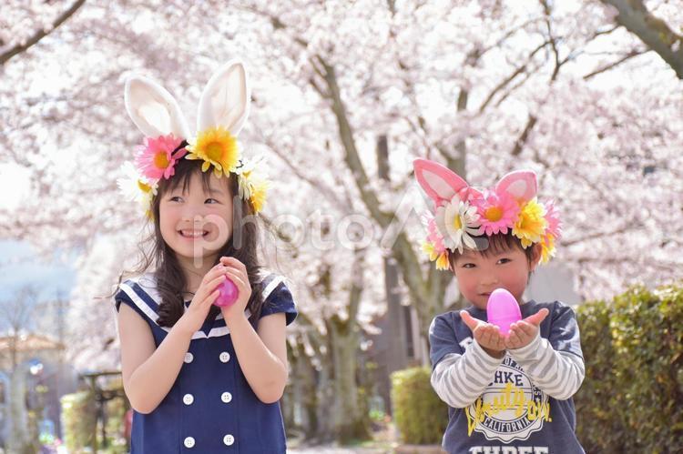 イースターのたまごを持つ子供たちの写真