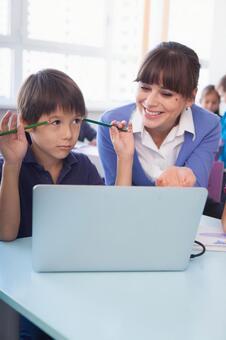 小学学生和教师3使用个人计算机