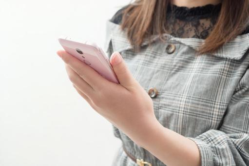 一個女人用智能手機的形象