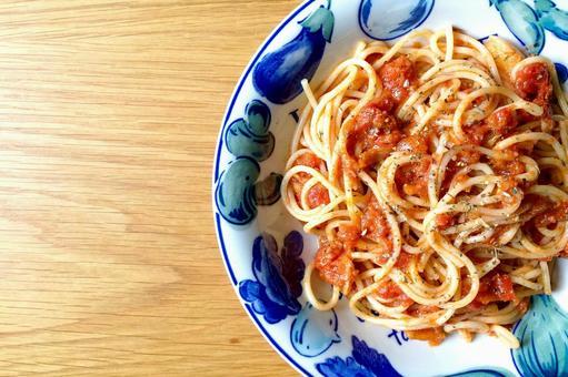 手作りのトマトソーススパゲッティ