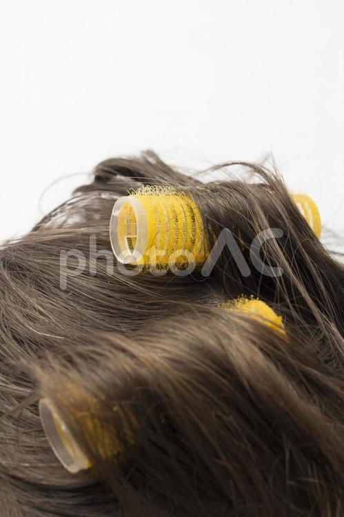 カーラーを巻いた髪の毛の写真