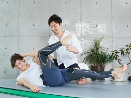 Japanese woman receiving abdominal muscle training guidance from a personal trainer