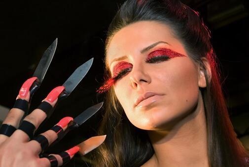 妇女谁把刀架在手指