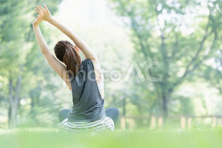 公園でヨガ・ストレッチをする女性の写真