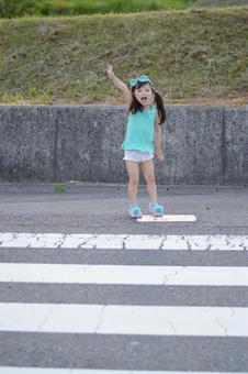 横断歩道で手をあげる子供