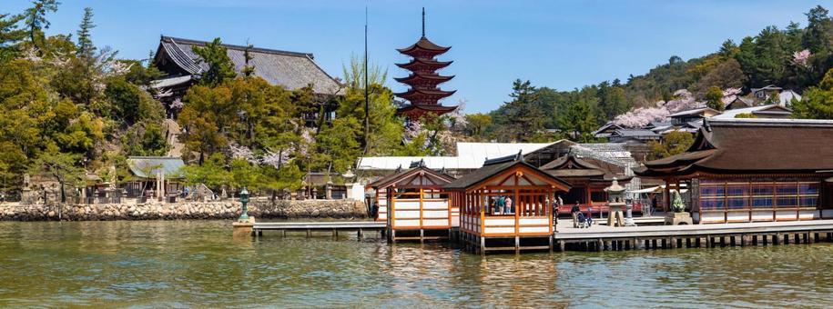 봄의 이쓰 쿠시마 신사와 오층탑 천첩 각 파노라마