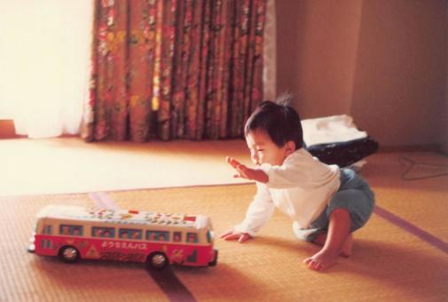 老電影照片男孩玩火車玩具