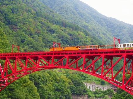 철교를 건너는 트럭 열차