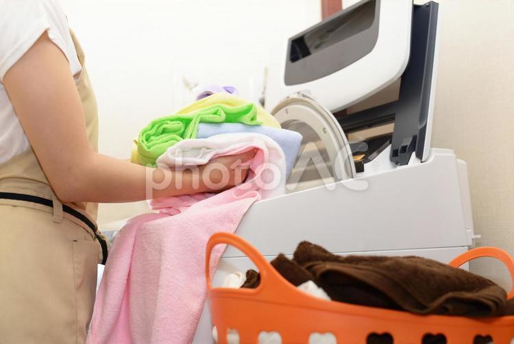 女性 主婦 洗濯物の写真