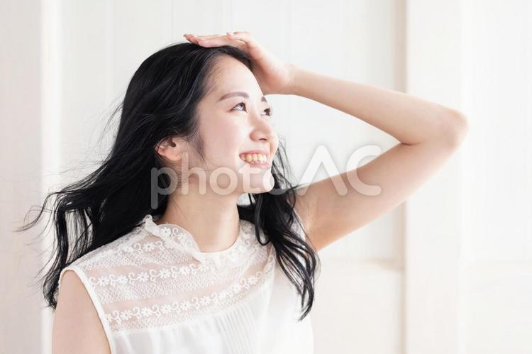 髪の毛をなびかせる女性の写真